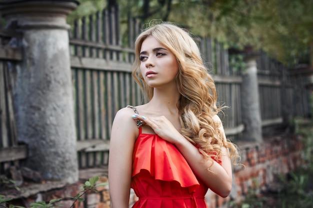 Plenerowej mody pięknej młodej kobiety fotografia