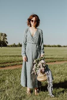 Plenerowy moda portret piękno młoda kobieta w bławym smokingowym odprowadzeniu na lato parku. letnia odzież i akcesoria.