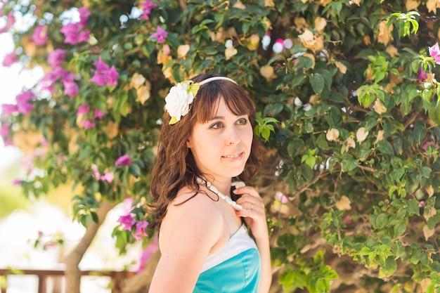 Plenerowy moda portreta lata styl młodej pięknej kobiety twarzy świeży ono uśmiecha się