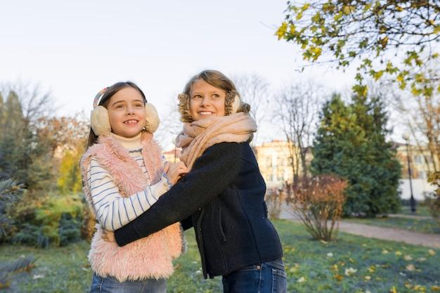 Plenerowy portret dwa mała dziewczynka najlepszego przyjaciela