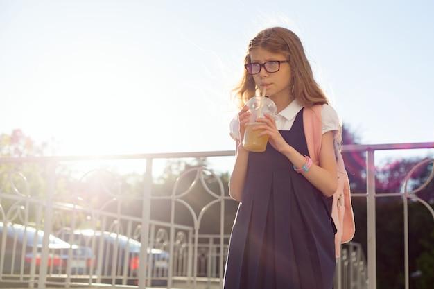 Plenerowy portret dziewczyny szkoły podstawowej uczeń