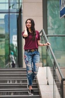 Plenerowy portret elegancka kobieta na krokach zakupy centrum handlowe