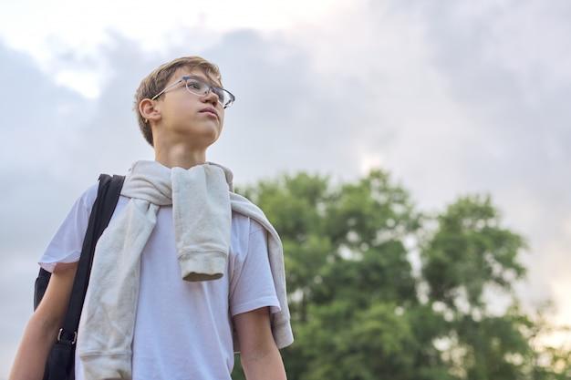 Plenerowy portret nastolatek chłopiec z szkło plecakiem