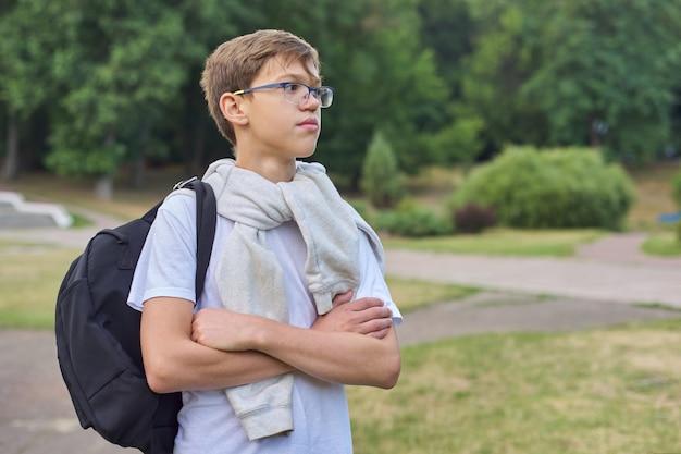 Plenerowy portret nastolatka uczeń z szkło plecakiem