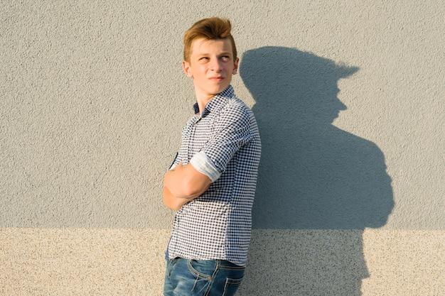 Plenerowy portret nastoletni chłopak