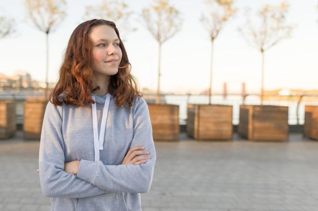 Plenerowy portret piękna uśmiechnięta nastolatek dziewczyna 14, 15 lat