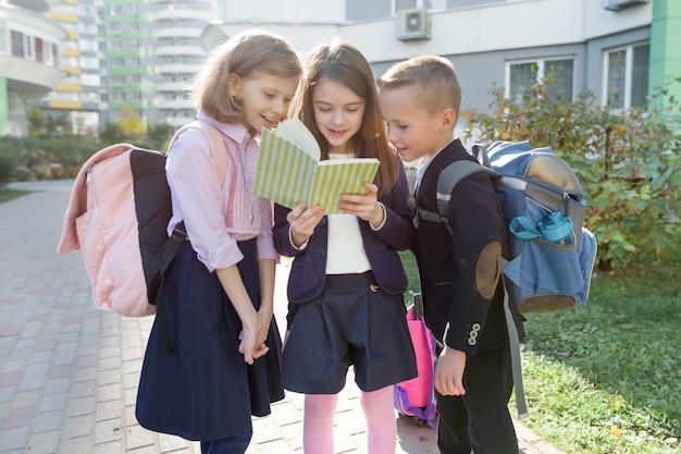 Plenerowy portret uśmiechnięci ucznie w szkole podstawowej