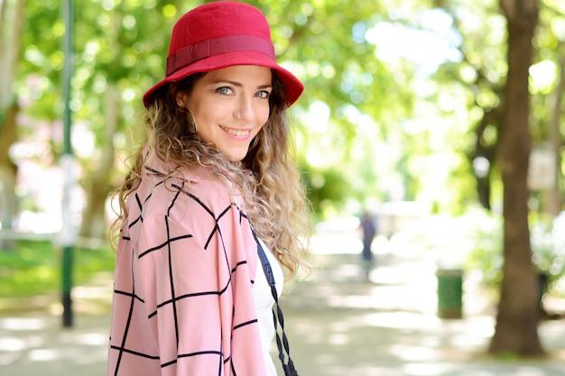 Plenerowy stylu życia portret turystyczna kobieta.