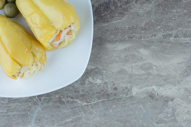 Plik do zielonej papryki z kiszoną kapustą na białym talerzu