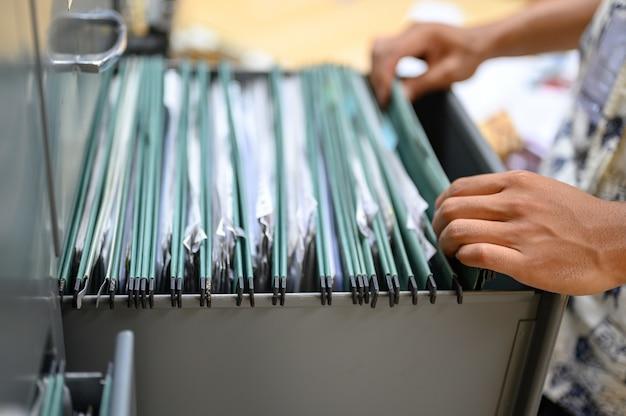 Plik w szafce na dokumenty biurowe