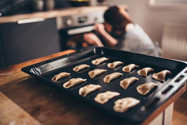 Pliki cookie obsadzone na tacy
