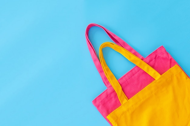 Płócienna torba wykonana z naturalnych materiałów na niebieskim tle
