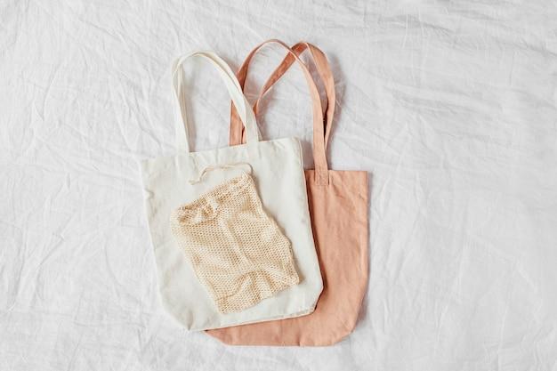 Płócienne torby na ramię. ekologiczne torby wielokrotnego użytku. koncepcja przyjazna dla środowiska.