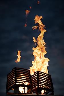 Płomień pochodzi z palnika gazowego na balon. na tle ciemnego nieba o świcie.