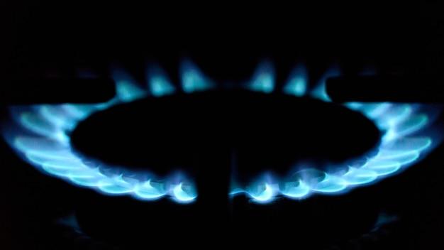 Płomienie kuchenki gazowej w ciemności z bliska. rosja