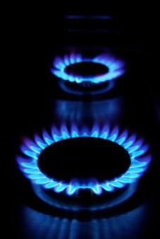 Płomienie kuchenki gazowej w ciemności
