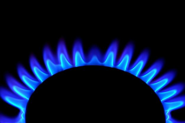 Płomienie kuchenki gazowej w ciemnym tle