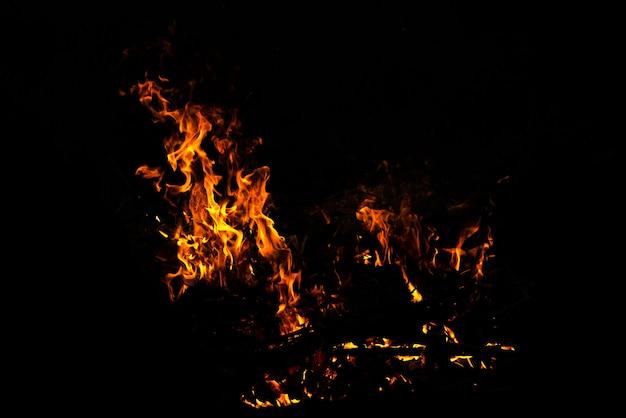 Płomienie ognia na abstrakcyjnym czarnym tle