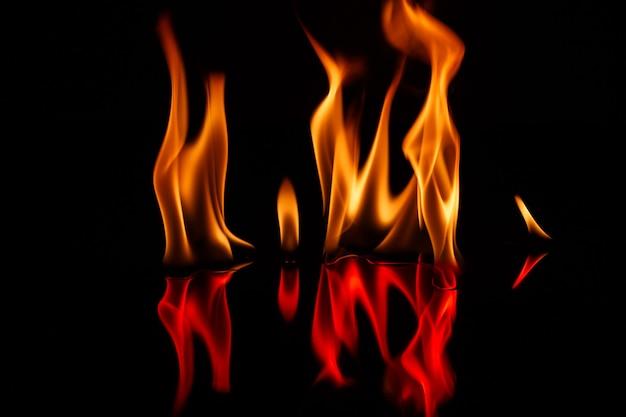 Płomienie ognia na czarno