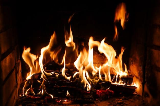 Płomienie ognia na czarnym tle tajemnica ognia