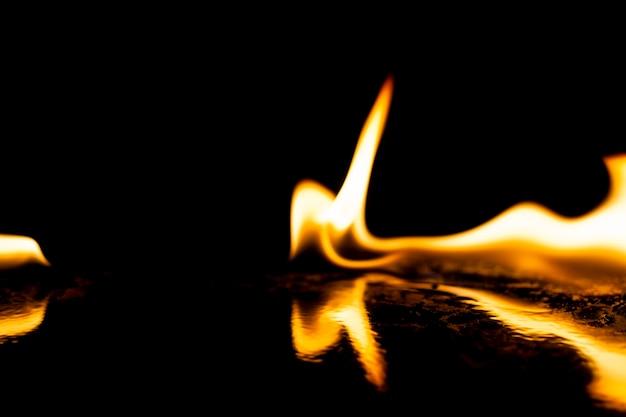 Płomienie ognia na czarnym tle