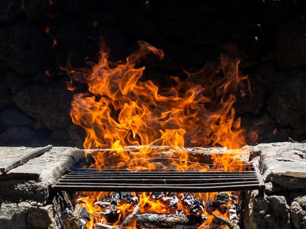 Płomienie ognia na ruszcie do grillowania