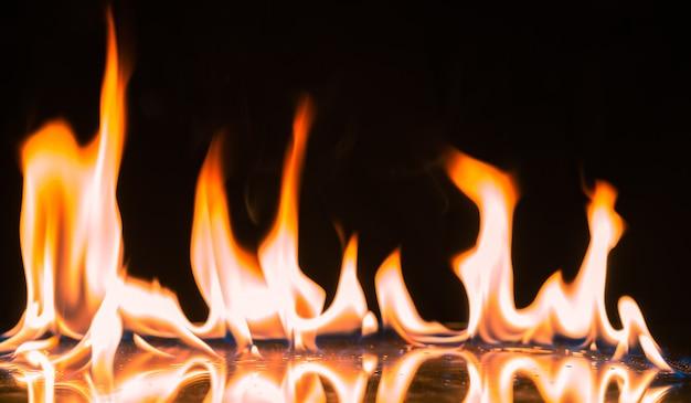 Płomienie ognia zapalające i palące.