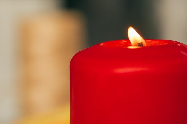 Płonąca bożenarodzeniowa świeczki zakończenie up na drewnianym powierzchnia stole