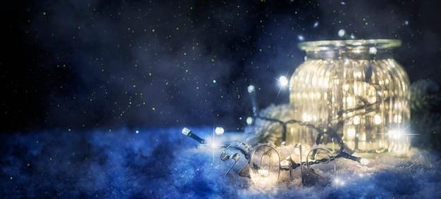 Płonąca latarnia i świąteczna dekoracja wieczorem, boże narodzenie i nowy rok w tle