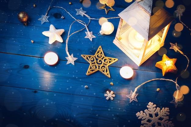 Płonąca latarnia i świąteczne dekoracje wieczorem.