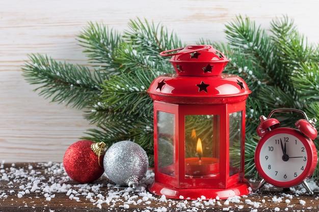 Płonąca świeca latarnia z dekoracjami.