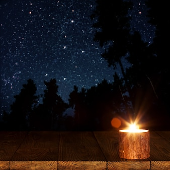 Płonąca świeca na stole
