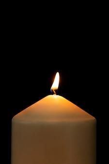 Płonąca świeca realistyczny płomień, czarne tło obrazu w wysokiej rozdzielczości