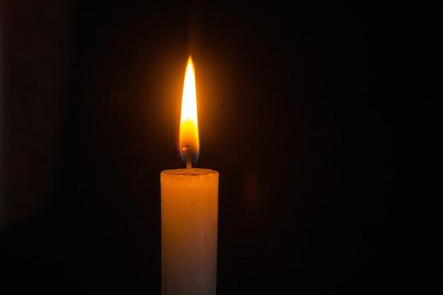 Płonąca świeca z bliska