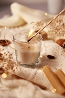 Płonącą świecę i świąteczne dekoracje