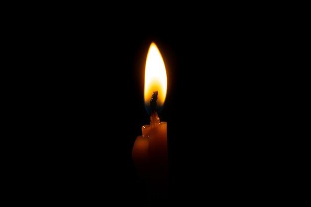 Płonąca świeczka na czerni