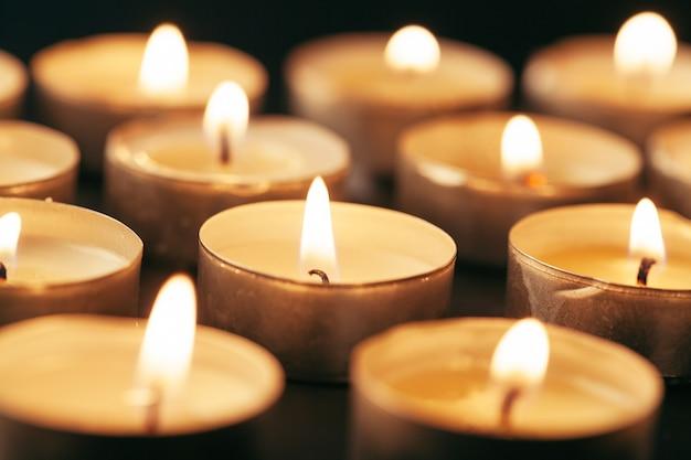 Płonąca świeczka na stole w ciemności