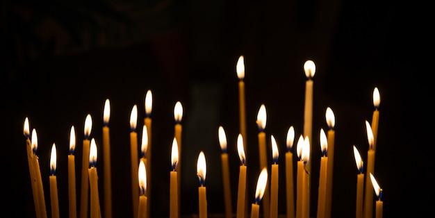 Płonąca świeczki dekoracja przeciw czarnemu tłu