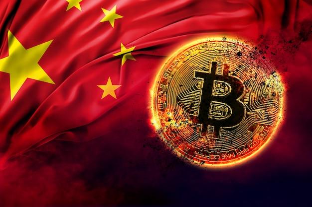 Płonąca złota moneta bitcoin na tle chińskiej flagi
