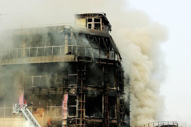 Płonące centrum handlowe lub centrum handlowe z dymem