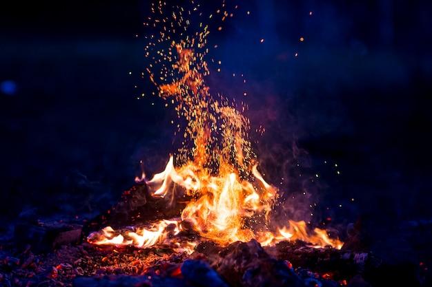 Płonące drewno w nocy