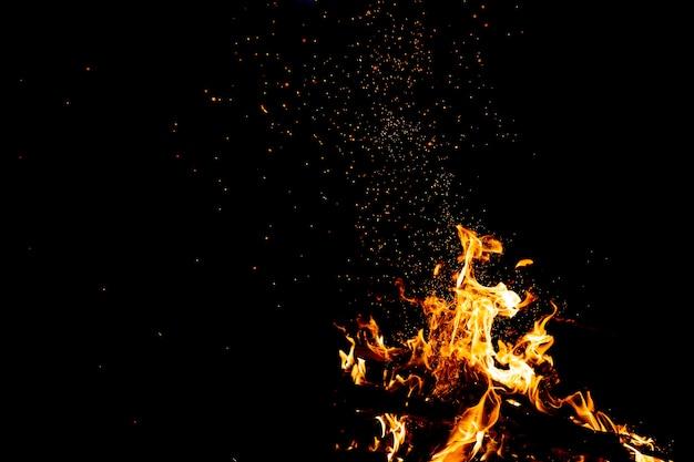 Płonące lasy z ogniami, płomieniem i dymem. dziwne dziwne, żywiołowe ogniste postacie. węgiel i popiół. ognisko na łonie natury.