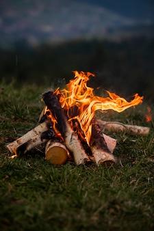 Płonące ognisko wieczorem w górach