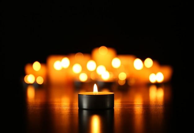 Płonące świece na ciemnej powierzchni