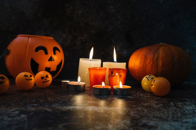 Płonące świece stały między pomarańczowy kosz i dyni i na zdjęciu kulki