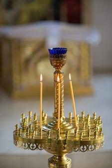 Płonące świece w kościele chrześcijańskim