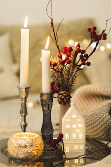 Płonące świece w salonie