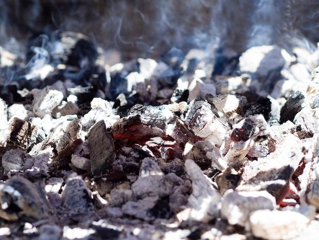 Płonące węgle pokryte popiołem
