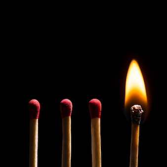 Płonące zapałki płomień, czarny obraz tła w wysokiej rozdzielczości