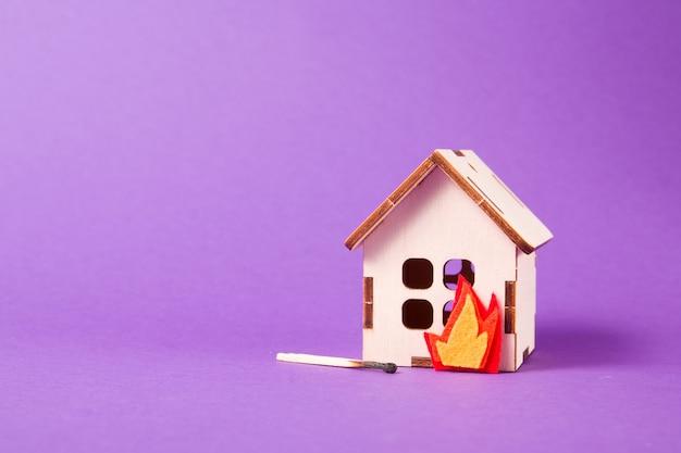 Płonący drewniany model domu